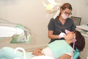 La Dra. Olga Casorran realiza una revisión